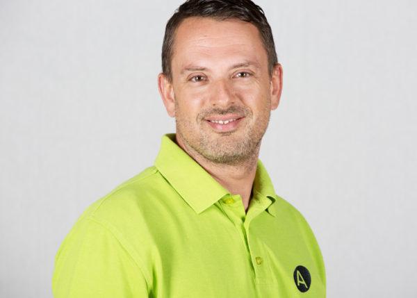 Fahrlehrer Fahrschule Aare Daniel Feldmann mit grünem Mercedes-Benz A-Klasse
