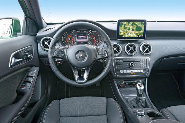 Fahrschule Aare Fahrschulauto grüner Mercedes-Benz Cockpit