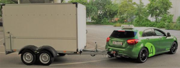 Anhänger Fahrschule Aare mit grünem Mercedes-Benz